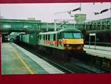 PHOTO  CLASS 90 ELECTRIC LOCO NO 90142 AT STRATFORD 2//6/01