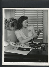 PAULETTE GODDARD MAKES JEWELRY - 1939 CANDID FOR THE CAT AND THE CANARY - HORROR