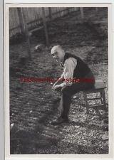 (F6631) Orig. Foto Mann auf Hocker im Garten, Bayern 1934/35