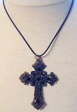 collier pendentif grande croix rétro finement travaillé cérusé noir strass 677