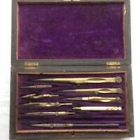 Instruments de calcul anciens dans leur boîte/ Ancient  calculation instruments