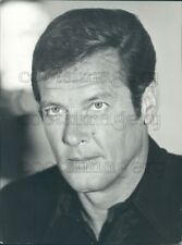 1977 Press Photo James Bond Roger Moore Serious Face Head Shot 1970s