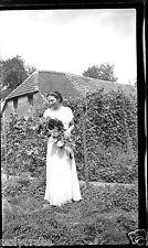 Portrait femme robe blanche bouquet fleurs - négatif photo ancien an. 1940