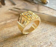 Chevalière or en forme de tonneau avec initiales entrelacées sur plateau satiné