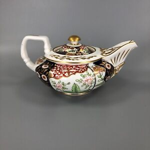 An early 19thc. Derby Imari teapot c.1810-20. Elaborate moulding and painting