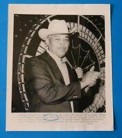 JOE LOUIS 8x10 PRESS PHOTO ~ 1977 LAS VEGAS ~ HEAVYWEIGHT BOXING CHAMPION