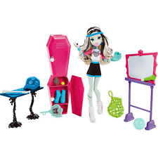 Monster High Sports Frankie Stein Skulltimate Locker Room Doll Giftset BRAND NEW