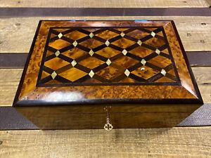 Zauberhaft Thuja Holz Schatulle mit Perlmut Verzierung aus Marokko 26cm