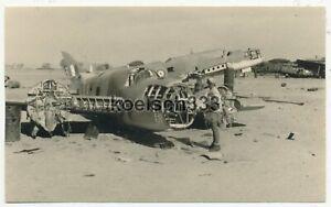 Foto Afrika Korps Soldat an englischen Flugzeug Wracks auf dem Flugplatz Fuka !