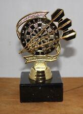 Dart-Ständer(Pokal) Motiv Dartscheibe und 3 Pfeile nur in gold