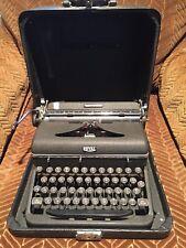 Fantastic VINTAGE 1947 ROYAL QUIET DE LUXE Portable Manual Typewriter & Case