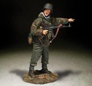 BRITAINS WORLD WAR 2 GERMAN 25076 GERMAN GRENADIER WITH MP44 POINTING