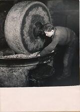 Meule à noix Trituration noix huilerie artisanale Trampus 1940 tirage argentique