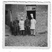 Foto, Zwei Soldaten in Uniform, Mütze, Zwei Köche, Gebäude