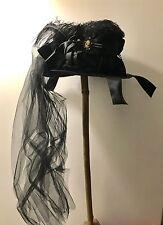 Gothic Steampunk sombrero de fieltro con cintas flores, plumas y camafeo de un tamaño 59