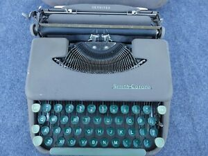 Smith Corona Skyriter Manual Portable Typewriter w/ Metal Lid Model 2Y 1952