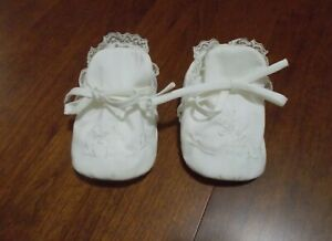 VTG. Infant Cloth Tie Shoes with Embroidered Top and Lace Trim for 6 - 9 months