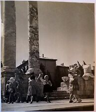 Photographie 1940, Fillette au forum antique d'Arles