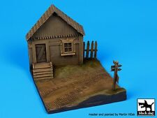 Black Dog 1/72 Russian Village House Front Section near Road Diorama Base D72008