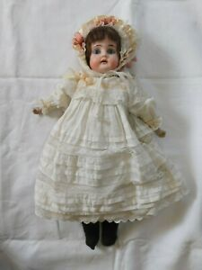 Frühe Puppe mit weißen Kleid gemarkt Hufeisen 1902-6/0 Ernst Heubach Lederbeine