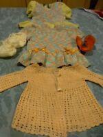 vintage bella,gégé , clodrey de 30-35cm 4piéces tricotées main robes ,chaussons