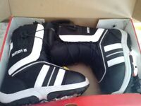 Burton Snowboarding Men's Ruler Smalls - Black & White Boots - Size 5