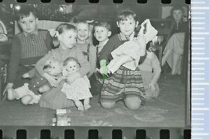 Negativ - 50er Jahre Kinder präsentieren ihre Weihnachtsgeschenke Puppen Baum