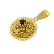 Pendente a bottone sardo in lamina e filigrana d'oro con pietra centrale rossa