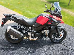 Moto Suzuki V-Strom rouge et noire,neuve,échelle 1:12, longueur 16cm