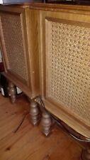 2 Vintage Boxen aus Holz mit Füßen und Korbgeflecht