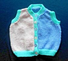Tri Couleur Hand Knitted BABY sans manches. 3-6 mois bébé.