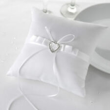 Coussins d'alliances et paniers blancs pour le mariage