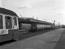 PHOTO  1976 QUEEN'S QUAY RAILWAY STATION PLATFORMS 2 & 3 (1) MED 28 WAITS IN PLA