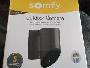 Outdoor Caméra Extérieure avec sirène intégrée SOMFY noire.
