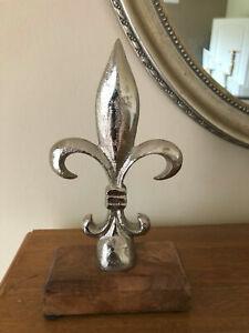 Deko französische Lilie Metall Holz Alu silber Dekoobjekt Skulptur  H 18 cm