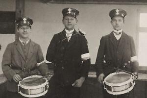 alte Foto AK drei Soldaten mit Armbinde und Schirmmütze mit Kreuz 1915