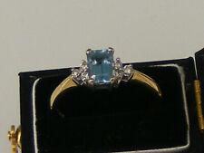 A STUNNING VINTAGE 18CT AQUAMARINE (EMERALD CUT) AND 6 DIAMOND GOLD RING.Size:M