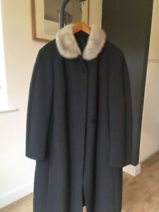 Ladies Pure Wool Reine Schurwolle Coat  Fur Collar  Size 18/20 Immaculate.