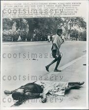 1947 Indian Man Views Riot Victim on Street New Delhi India Press Photo