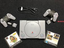 PlayStation 1 + 2 Original Controller + Stromkabel + 2 Gratis Spiele