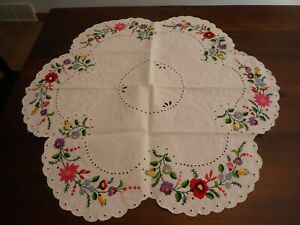 Vintage Hungarian Hand Embroidered KALOSCA Round Scalloped Edge Tablecloth
