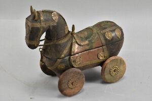 h20a96- Alte Holzschatulle mit Metallbeschlägen, Pferd