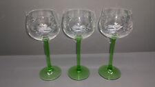 3 VERRES A VIN / verres à pied vert avec eingeschliffenen RAISINS motifs