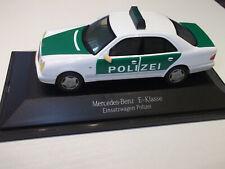 Herpa 1:43 Mercedes Benz E-Klasse Einsatzwagen Polizei Grün - Weiß in Vitrine