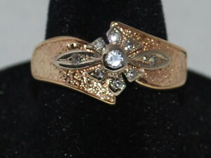 14k Yellow Gold Ring With Diamonds Set In A White Gold Flower Design