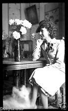 Portrait femme assise chaise table fleurs - négatif ancien an. 1940 50