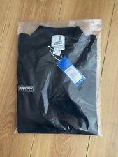 Adidas Spezial Newsam Polo negro pequeño, según lo usado por Liam Gallagher SS20