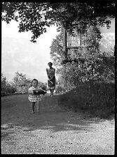 Femme & enfant jouet camion jardin - Ancien négatif photo an. 1930
