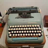 Vintage SMITH CORONA TYPEWRITER SILENT SUPER SEAFOAM GREEN IN THE CASE