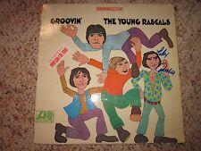 THE YOUNG RASCALS FELIX CAVALIERE SIGNED GROOVIN' LP VINYL AUTOGRAPHED (RARE)